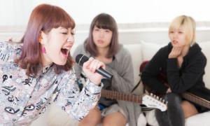 声優や音楽について学びながら高校の卒業資格が取得できる通信制高校サポート校もあります。