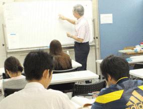 通信制高校サポート校、学習センター小倉キャンパスの丁寧でわかりやすい少人数制授業の様子。